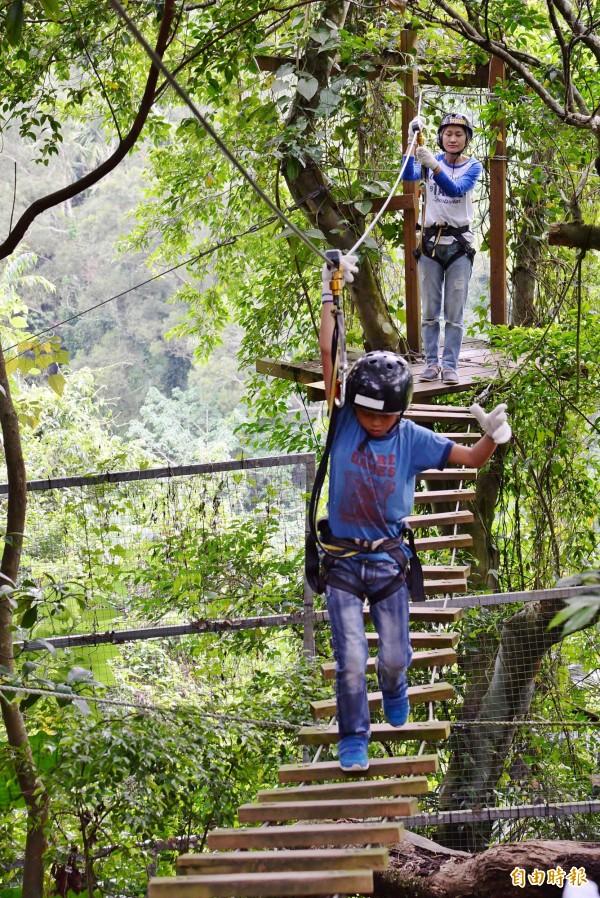 木梯吊橋雖然高度不高,但要平穩地走在搖晃的橋上,也是相當考驗技術的。(記者許麗娟攝)