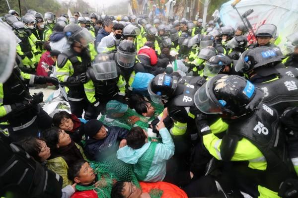 南韓星州當地民眾今阻擋建材運入薩德基地,與警方爆發衝突。(路透)