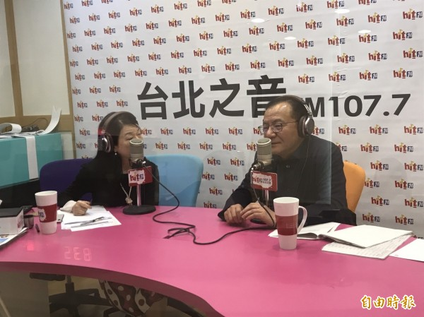 民進黨立委高志鵬今天接受電台訪問。(記者蘇芳禾攝)