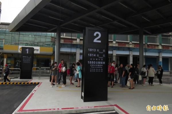國光客運基隆臨時站今天啟用,首日秩序尚稱良好,唯一缺點是尖峰時段,廁所不夠用。(記者俞肇福攝)