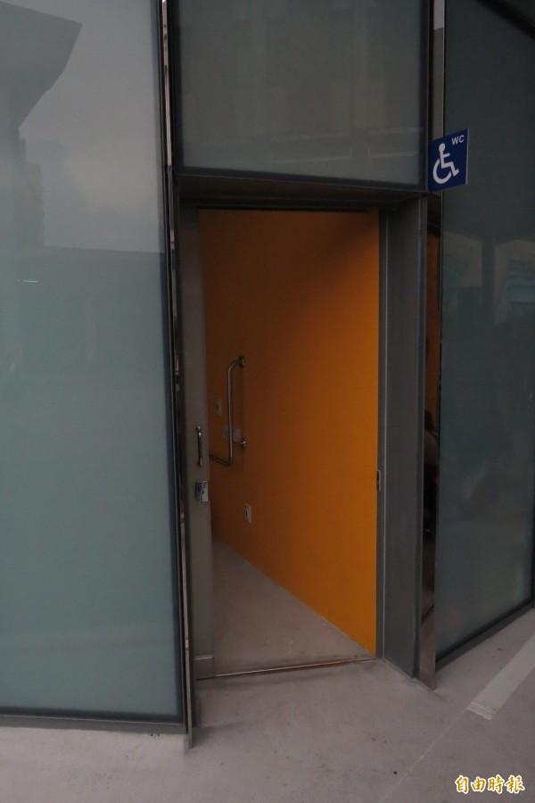 國光客運基隆臨時站今天啟用,首日秩序尚稱良好,唯一缺點是尖峰時段,廁所不夠用;部分民眾會進入無障礙廁所使用。(記者俞肇福攝)