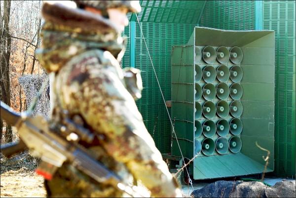 一名南韓士兵駐守在京畿道漣川郡邊境的一具宣傳擴音器旁。(路透檔案照)