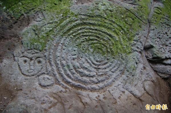萬山岩雕發現逾40年,雕刻年代及意涵至今仍成謎。(記者蘇福男攝)