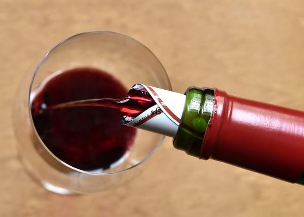 美國紐約大學(NYU)的最新研究發現,每天只要飲用1杯或1杯以上的酒、酒精飲料,不但會破壞口中細菌平衡造成牙齦疾病,更可能與口腔癌、引發心臟病有關。(法新社)