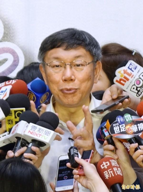 台北市長柯文哲今被媒體追問,外界指最大柯粉就是總統蔡英文?柯文哲表情一驚回說,「不要這樣講,人家是總統好不好!」(記者方賓照攝)