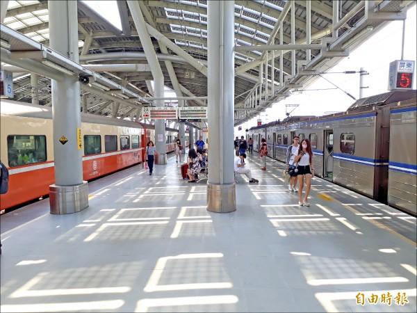 屏東地區乘火車至高雄轉乘高鐵,台鐵服務優化,新電聯車廂年底將完工。(記者侯承旭攝)