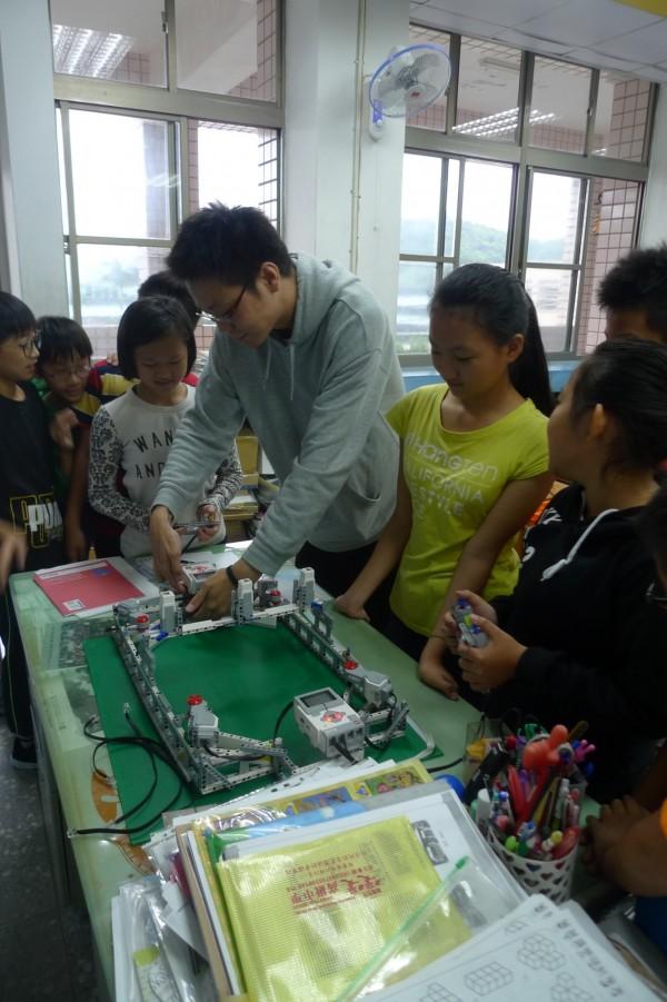 基隆市二信高中電機科教師帶領學童自己設計、組裝機器人,培養創客精神及創新能力。(二信高中提供)