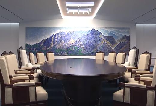 會場背景墻上懸掛著韓國著名畫家申璋湜的作品《從上八潭俯瞰金剛山》,象徵南北韓的和解,屆時文、金兩人將在該幅圖畫前握手合影。(圖片取自韓國電視台SBS新聞影片)