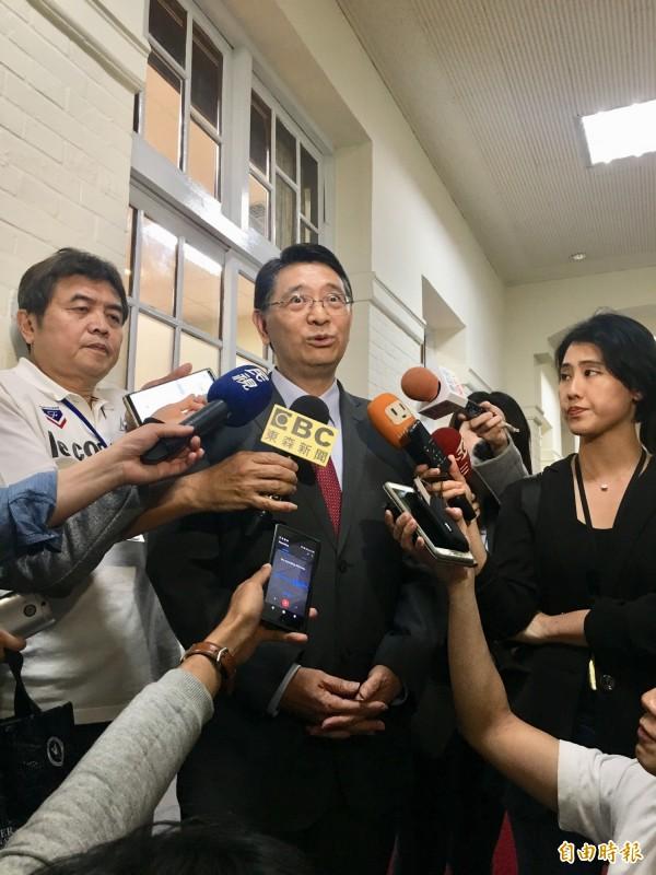 反軍人年改團體抗爭失控,毆打警察、記者,立法院秘書長林志嘉晚上出面嚴厲譴責。(記者邱燕玲攝)