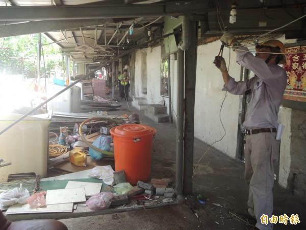 新竹縣政府曾在去年7月,第二度大動作拆除榮光路私娼寮違建。(資料照)