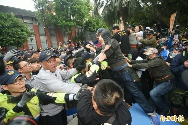 25日在立法院外反年改抗議民眾與警衝突,隨後也傳出多名記者遭攻擊。(記者廖振輝攝)