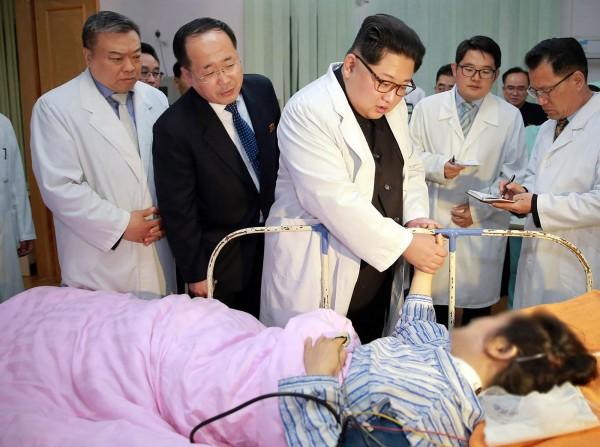 中國旅遊團在北韓發生嚴重車禍,金正恩親自前往慰問。(法新社)