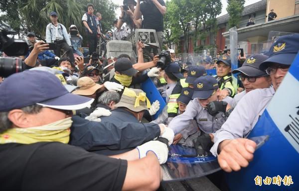 反年改團體八百壯士集會,抗議群眾破壞層層拒馬並試圖衝破立法院大門,和警方持續爆發衝突。(記者廖振輝攝)