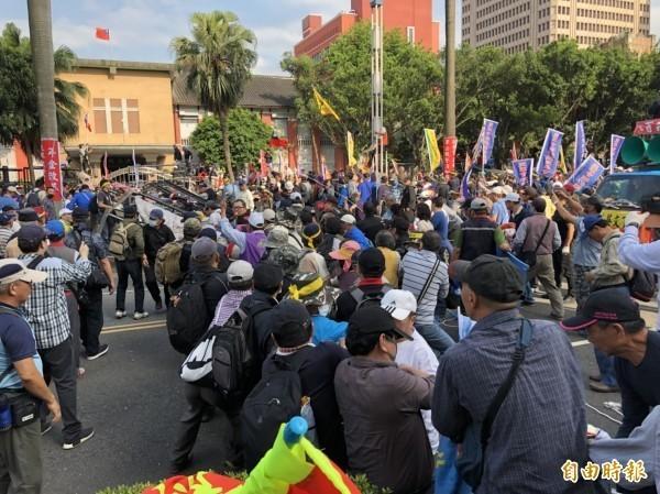 八百壯士等反年改團體民眾企圖拆立院大門。(記者王冠仁攝)