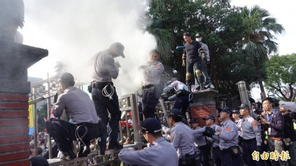 八百壯士試圖衝入立法院,警方遭潑灑不明物體。(記者劉信德攝)