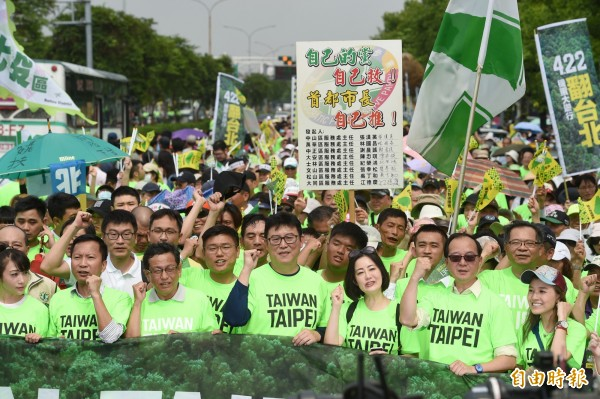 「422機蛋大遊行」,綠委姚文智與議員、民眾舉標語表達訴求。(資料照)