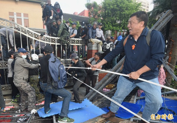 反年改團體八百壯士抗議群眾強攻立法院大門,破壞層層拒馬並試圖衝破大門。(記者廖振輝攝)