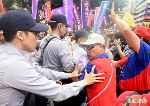 反年金改革團體於23日「警消不服從」遊行現場脫序失控,和警方爆發衝突。圖為示意圖。(資料照)