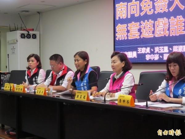 市議員王家貞(中)等多人召開記者會,關心泰國女賣淫的後續處理問題。(記者蔡文居攝)