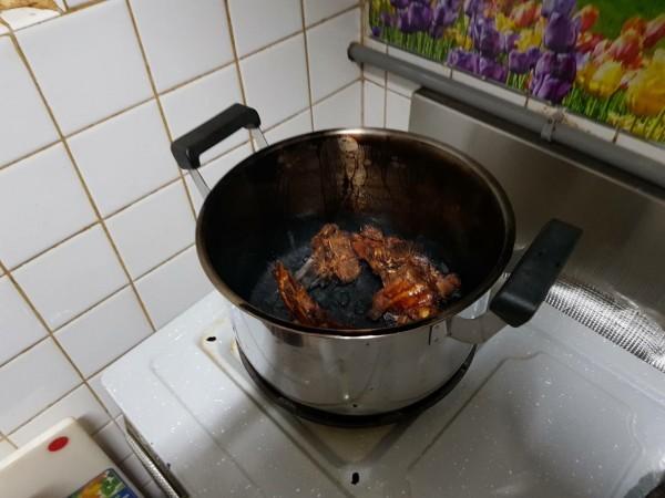 黃姓女屋主爐上燉著菜,沒想到燒乾成炭,冒出濃煙,引發住警器大叫。(記者陳恩惠翻攝)
