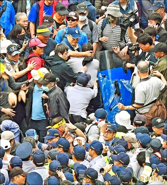 「八百壯士」等退伍軍人團體昨上街抗議脫序,釀成近年最大規模的攻擊記者及官警事件。(記者方賓照攝)