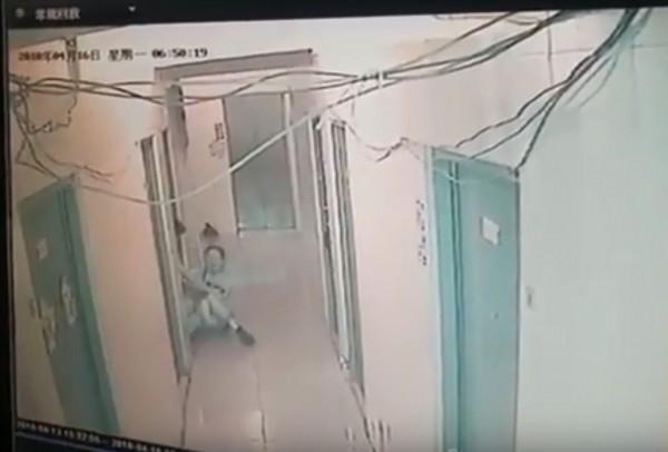 一名惡狼僅穿著內褲在租屋處尋找獵物,等到一名女子踏出房門後,遂及拉入他的房內。(圖擷取自YouTube)