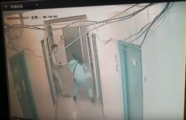 最近中國網路流傳一名女子在租屋處,遭惡狼強拖進房內性侵,該女子掙扎約30秒,卻沒有人出來相救。(圖擷取自YouTube)