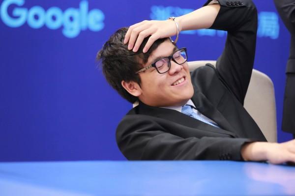 中國棋手柯潔過去被AlphaGo擊敗。(路透)