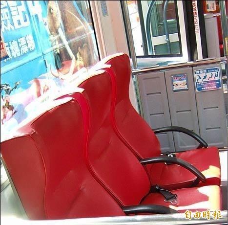 1名懷胎8月的孕婦在公車上被老人要求讓座,此為博愛座示意圖。(資料照)