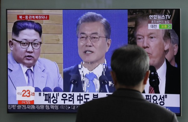 南北兩韓最高領導人金正恩(左)、文在寅(中)將分別和美國總統川普(右)會面。美國白宮發出消息,指出川普計劃在「川金會」前先和文在寅會面。(美聯社資料照)