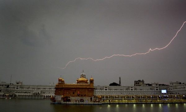 印度官員表示,印度南部安得拉邦(Andhra Pradesh)週二(24日)記錄到,13小時內出現了3萬6749次雷擊。雷擊示意圖。(美聯社)