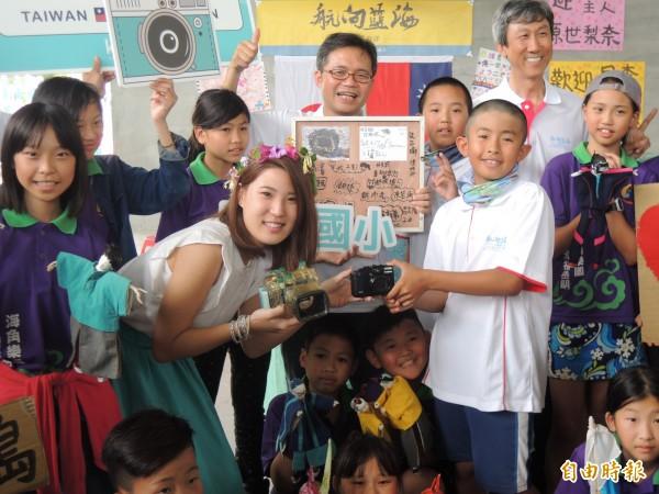 日本女大生椿原(左2)今到宜蘭岳明國小領取遺失2年半的相機。(記者江志雄攝)