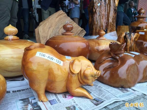 這只扁柏「發財豬」原本1噸重大約數千元的價值,經名家木雕變為成品市價就要120萬元。(記者陳恩惠攝)