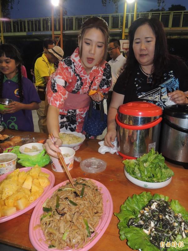 椿原世梨奈(左)品嘗台灣小吃。(記者江志雄攝)