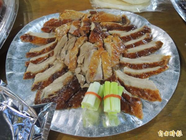 學生家長準備各種好料宴請椿原世梨奈。(記者江志雄攝)