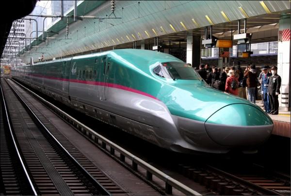 停靠在日本東京站的東北新幹線列車。(彭博檔案照)