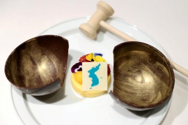 北韓領導人金正恩與南韓總統文在寅,與雙方妻子李雪主、金正淑,於今(27)日晚間共進晚餐,但日本外相對南韓擺在甜點上的巧克力牌的圖案不滿。(路透)