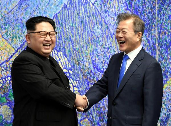 北韓領導人金正恩(左)與南韓總統文在寅(右)。(路透)