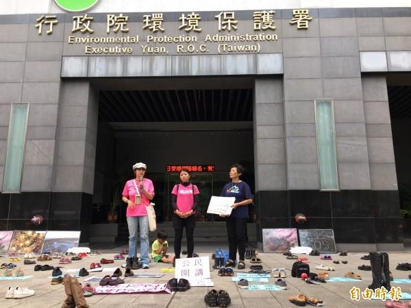 環團為抗議藻礁專家會議不能入場旁聽發言,擺出鞋陣表示抗議。(記者楊綿傑攝)