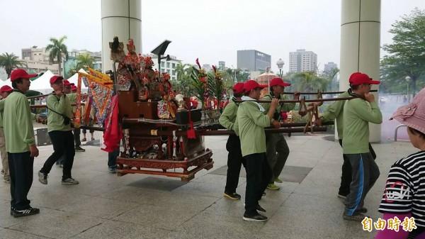 市議會迎媽祖神轎放鞭炮。(記者洪瑞琴攝)