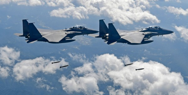中國一架軍機今早進入南韓防空識別區,韓國軍方派出F-15K戰鬥機伴飛監視。(美聯社)