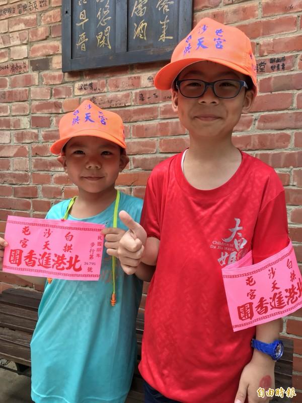 來自台中市的蔡承翰(右)、蔡承勳兄弟檔,在家長陪同下完成拱天宮白沙屯媽祖南下進香報名手續。(記者張勳騰攝)
