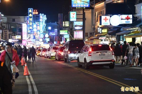 發生「220元乾涼麵」、「1845元滷味」等消費糾紛事件的墾丁大街,被網友票選為全台最爛夜市之冠。(資料照)