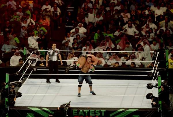 沙烏地阿拉伯上月開放世界摔角娛樂產業(WWE)進駐,並簽下為期10年的協議,本月27日於沙國吉達市上演「皇家大賽」。(美聯社)