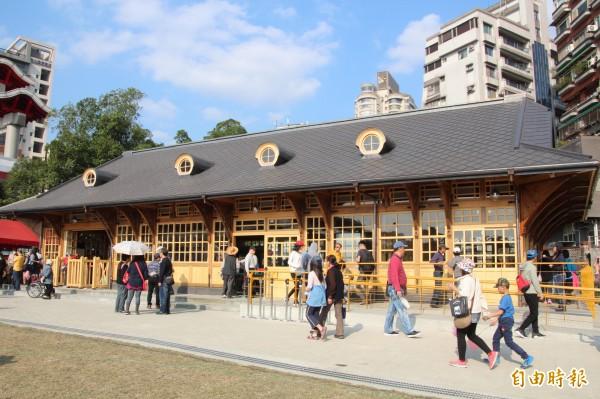 新北投火車站「回娘家」一年多,文資會同意新北投車站取得歷史建築身分。(記者鍾泓良攝)