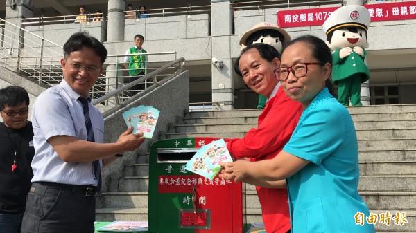 埔里國中舉辦母親節傳愛活動,全校同學利用明信片寫下對母親、長輩的感謝,再由南投郵局免費提供郵遞服務。(記者佟振國攝)