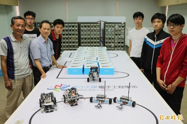 陳志良(左1)帶領學生在亞洲創客及機器人競技大賽「路邊停車」項目囊括前3名。(記者洪臣宏攝)