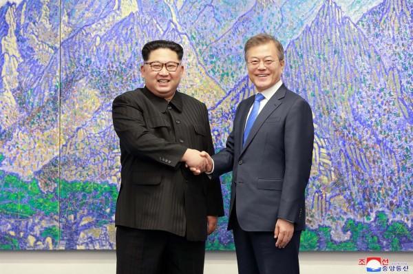 北韓領導人金正恩有極大菸癮,但在文金會期間幾乎整天都沒碰菸。(法新社)