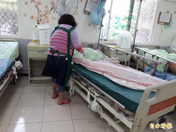 張阿嬌曾將長子送到養護中心,但覺得看護無法全力照顧不放心,又將長子接回家親自照料。此為示意圖,與當事人無關。(資料照)