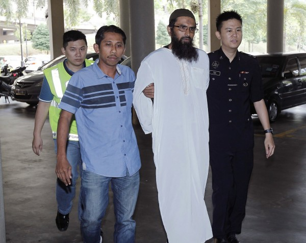 46歲的丹麥籍葉門裔男子蘇萊曼(白衣者)因在網路上散布假新聞,被處1週監禁和1萬馬來西亞令吉(約7.5萬新台幣)罰款。(美聯社)